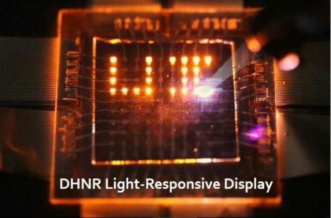 한국인 과학자들이 주도적으로 개발한 '퀀텀닷 광감응 디스플레이'. 연구진이 레이저 빛을 이용해 'UI'란 글자를 표현하고 있다. - 한국전자통신연구원 제공